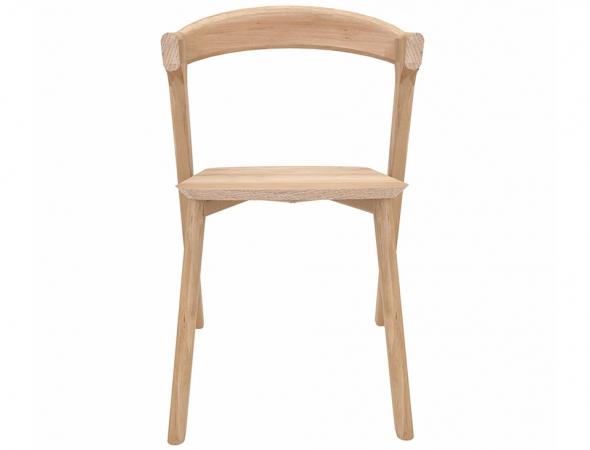 כסא המתבסס על אלמנטים מנוגדים זה לזה היוצרים בשילובם מראה הרמוני ונעים, מצד אחד נראה כפסל עכשווי ומצד שני אלגנטי ונקי בצורתו.
