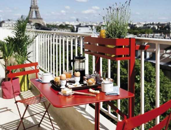 שולחן פונקציונלי מתקפל הנתלה על מעקה המרפסת ומאפשר חסכון במקום. סביב השולחן יכולים לשבת שני אנשים בפרטיות מוחלטת. מתאים לגבהים שונים של מרפסות ויכול אף להיות מקובע לקיר. שולחן קליל ומודרני.