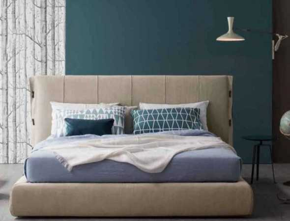 מיטה בריפוד המיטה עשוי עור או בד בשילוב רצועות עור שזורות ורגלי מתכת צבועה במגוון אופציות של צבעים, קיימת גם עם ארגז מצעים.