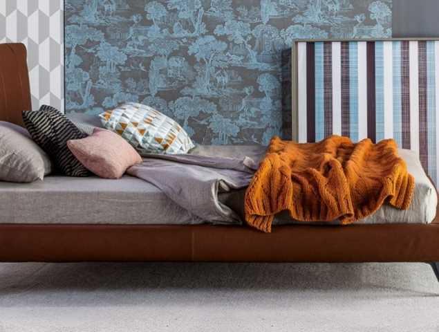 מיטה בעיצוב ששם דגש על הפרטים הקטנים בעלת ריפוד עשוי עור או בד בשילוב רצועות עור שזורות ורגלי מתכת צבועה במגוון אופציות של צבעים וקיימת גם בגרסה עם ארגז מצעים.