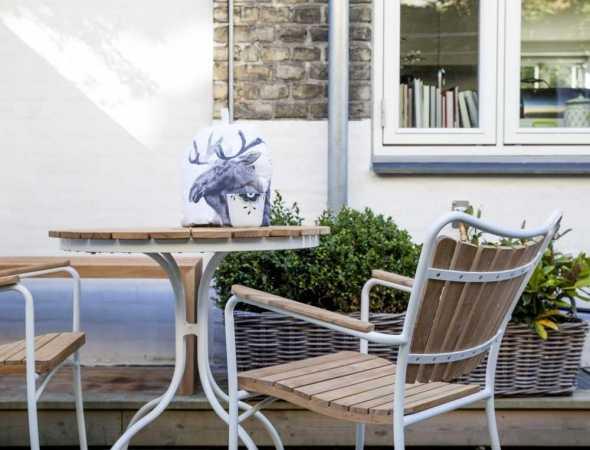 שולחן עשוי מעץ טיק בעל רגליים לבנות מאלומיניום