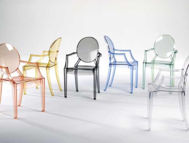 """כיסא פלסטיק שקוף """" GHOST""""  בעיצובו של  פיליפ סטארק עבור המותג קרטל. הכיסא מגיע במגוון צבעים ומתאים לפנים ולחוץ."""