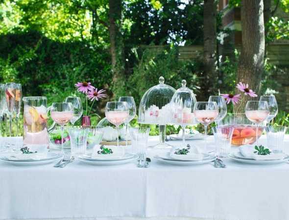 כוסות במגוון גדלים עשויות מזכוכית עבודת יד בשילוב כלי הגשה מפורצלן