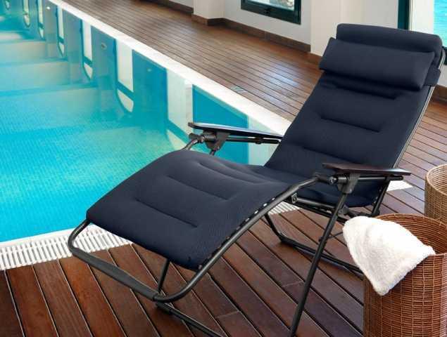 כיסא מרופד FUTURA חיצוני המתאים לכל תנאי מזג אוויר - נגד מים, בעל זווית ישיבה מתכווננת - נמתח עד מצב שכיבה מוחלט. עשוי מרשת מרופדת ומפנקת מסיבי פוליאסטר חזקים עטופים ב- PVC