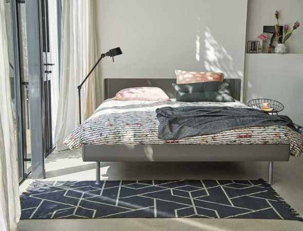 מערכת שינה בעיצוב מודרני וקווים נקיים, עם יכולת התאמה אישית גבוהה במיוחד, המיטה קיימת מעץ או מאלומיניום במגוון צבעים. בסיס המיטה עשויי רשת מיוחדת וחזקה מאד המעניקה כ 10,000 נקודות תמיכה.