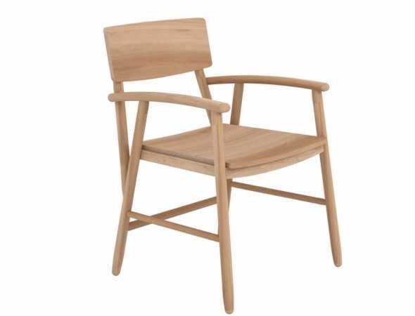כסא רחב עם משענות יד המשלב בין סגנון כפרי לבין קווים מודרנים ונקיים. הכסא קיים בעץ אלון או אגוז.
