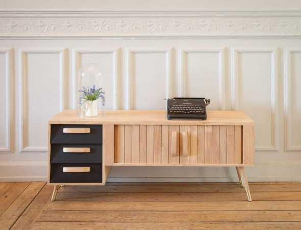 מזנון רטרו עשוי מעץ מלא בהשראת שנות ה-60 למרחב הביתי.  קומפקטי, פרקטי ונוח עם מקומות אחסון רבים לשמירה על הסדר.