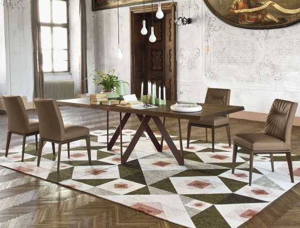 שולחן אוכל וכסאות