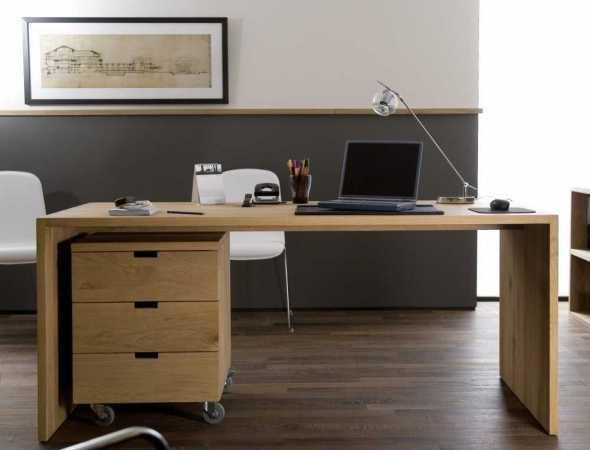 שולחן אידאלי עבור כל חלל. יכול לשמש כשולחן אוכל וכשולחן עבודה אלגנטי במשרד. שולחן מעץ מלא, זמין בשלושה גדלים ובשני סוגי עץ.