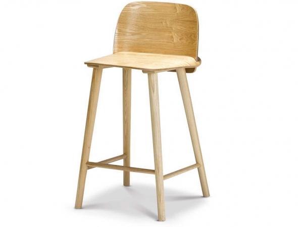 כסא בר עשוי ממושב פורניר לבנה בגוון טבעי.
