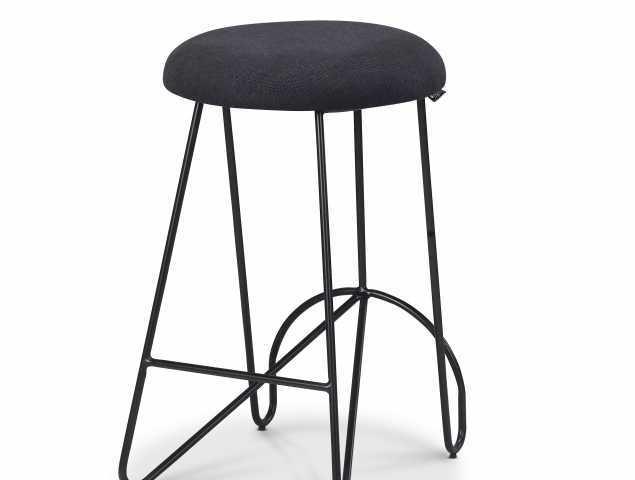 כסא בר עם מושב בריפוד בד שחור בשילוב רגל מתכת שחורה.