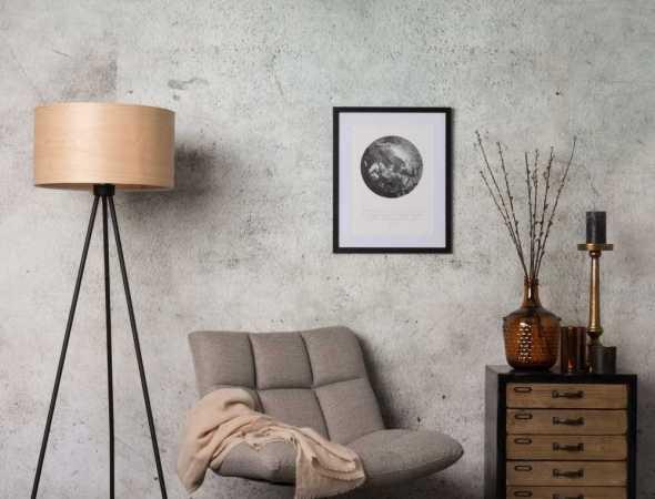 כורסה בריפוד בד  בתמונה :מנורה מדגם woodland