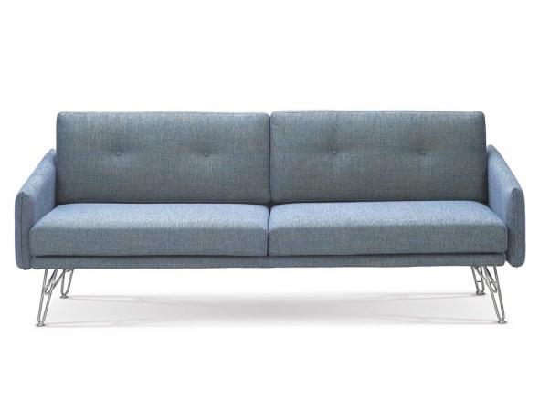 ספה נפתחת בריפוד בד כחול.