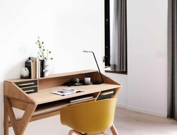 שולחן כתיב שמביא עימו כמות מדויקת של רטרו משנות ה-60 למרחב המשרדי. עשוי מעץ מלא, פרקטי ונוח, עם מקומות אחסון רבים לשמירה על הסדר.