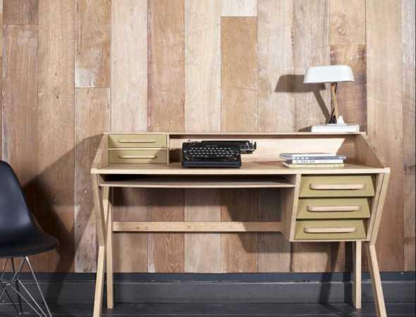 שולחן המביא עימו כמות מדויקת של רטרו משנות ה-60 למרחב המשרדי. עשוי מעץ מלא, פרקטי ונוח, עם מקומות אחסון רבים לשמירה על הסדר.