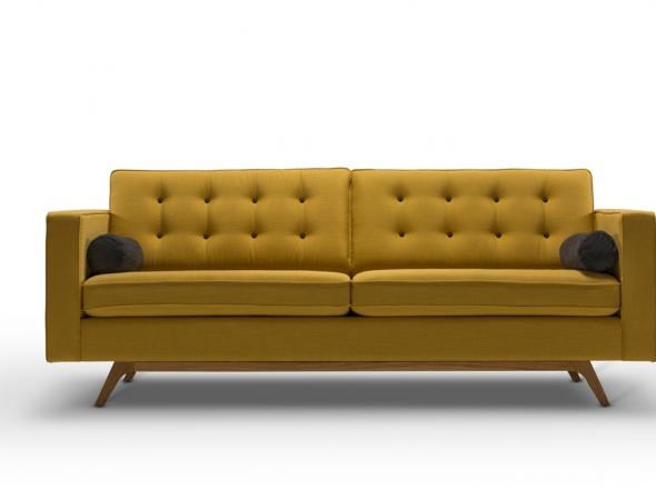 ספה תלת מושבית בעלת מראה קליל עם נגיעה קלאסית הכוללת בסיס מעץ אלון מלא וקפיצים בשלד הספה המקנים ישיבה רכה ונוחה במיוחד.
