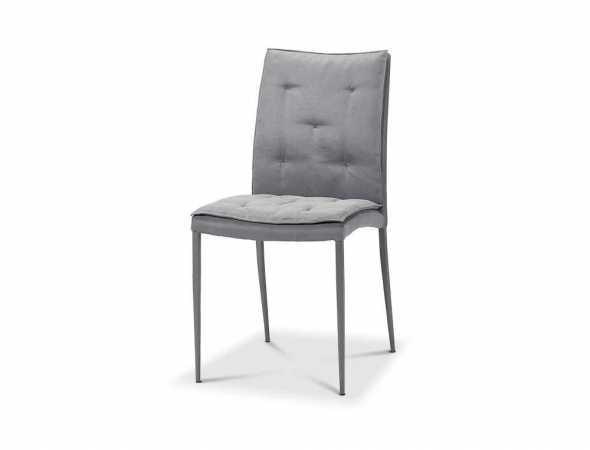 כסא בריפוד בד בגוון אפור עם מסגרת כרום.