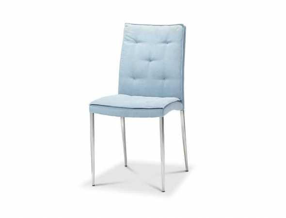 כסא בריפוד בד בגוון תכלת עם מסגרת כרום.
