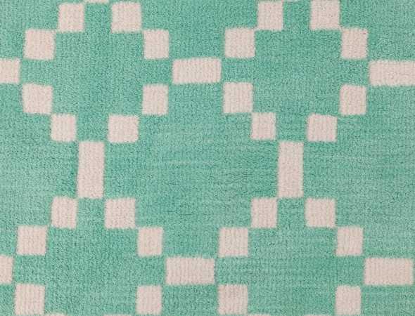 שטיח בגוונים ירוק בהיר ולבן עשוי מחומר מיקרו פייבר נעים וקל לתחזוקה