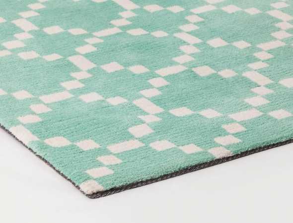 שטיח בגוונים ירוק בהיר ולבן עשוי מחומר מיקרו פייבר נעים וקל לתחזוקה.