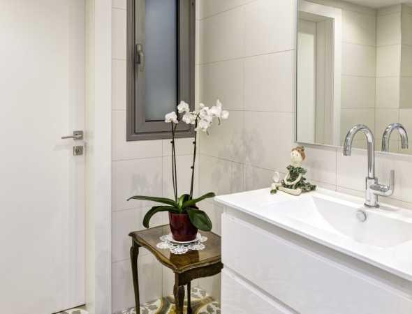 דלת מקולקציית יוניק פרימיום טופ טאץ' לבן בצביעה בתנור, עמידה למים