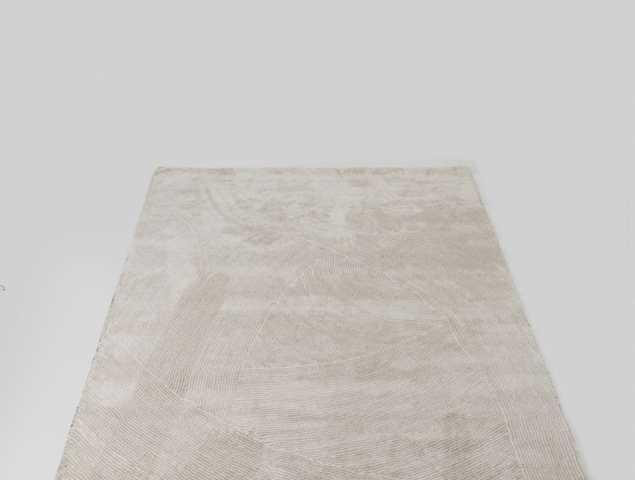 שטיח בגוונים בהירים עשוי מחומר הנקרא מיקרו פייבר מאוד נעים וקל לתחזוקה