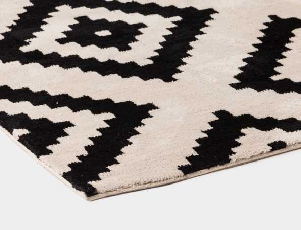 שטיח עשוי מחומר הנקרא מיקרו פייבר מאוד נעים וקל לתחזוקה