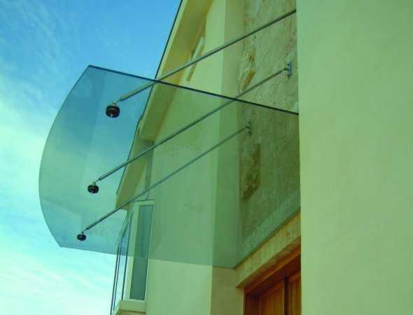 גגון זכוכית תלוי על מוטות נירוסטה