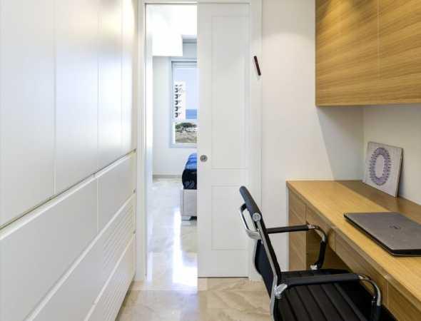 דלת הזזה כיס פרימיום יוניק טופ טאץ לבן עם חריטת 2 פאנל