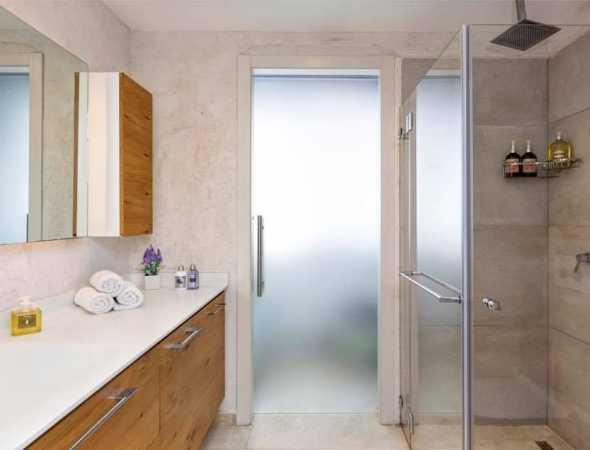 דלת הזזה עם מנגנון סמוי  עשויה מזכוכית אסיד אקסטרה קליר