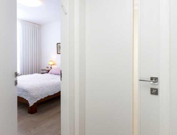 דלת מקולקציית פרימיום יוניק טופ טאץ רחבה לבנה בצביעה בתנור בתוספת צוהר צד מאורך