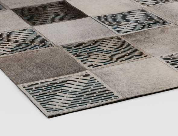 שטיח עור מרשים בעיצוב מודרני המורכב מריבועים הארוגים אחד לשני, בבסיס השטיח רקום עיטורי ג'ינס המייצרים מראה שאין שני לו.