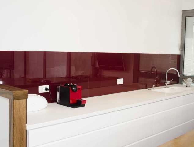 חיפוי קיר מזכוכית בצבע בורדו
