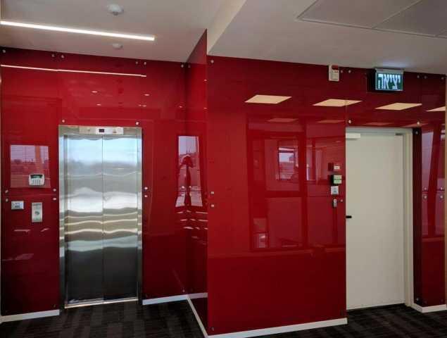 חיפוי קיר מזכוכית בצבע אדום