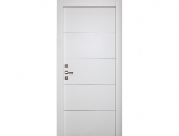 דלת מדגם קוואטרו מחורץ מקולקציית פרימיום יוניק לבן טופ טאץ עם פסי ניקל