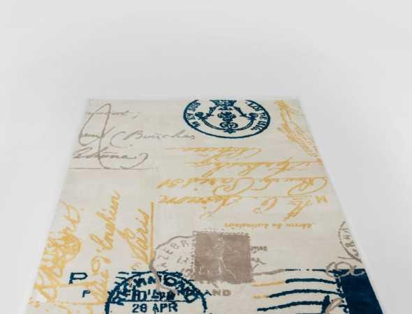שטיח בגוונים כחול, בז וצהוב עשוי מחומר מיקרו פייבר, נעים וקל לתחזוקה