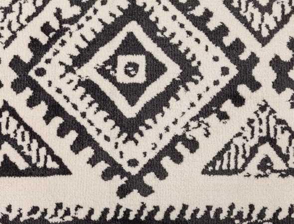 שטיח בגוונים שחור ובז' העשוי ממיקרו פייבר, נעים למגע וקל לתחזוקה