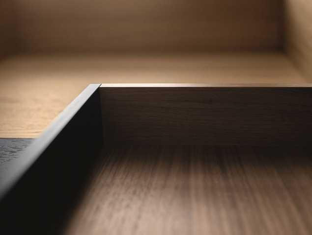 מערכת מגירות עץ מבית HOECKE VAN המשתמשת בטכנולוגיה המתקדמת של blum קיימת בגוונים פורניר אלון, פורניר אגוז ודקור אלון נברסקה/אפור אוריון.