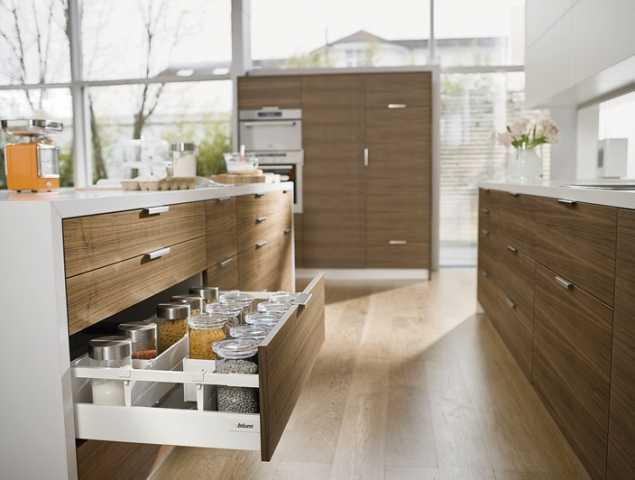 """מגירה המיוצרת ע""""י חברת הפרזול האוסטרית Blum, מגירה המקנה יציבות ופתיחה חלקה לאורך כל חיי הרהיט ומגיעה עם מנגנון טריקה שקטה אינטגרלי ומוט גלריה, ניתן להוסיף דפנות זכוכית."""