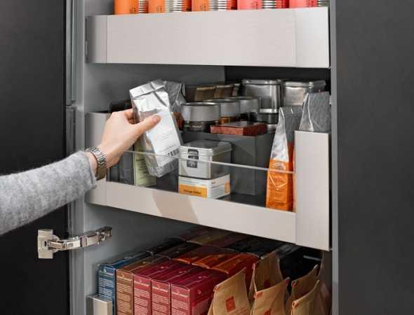 מגירות מבית Blum לארון המזווה המאפשרות לראות את כל המצרכים המאוחסנים ומעניקות נגישות אליהם ויכולות לשאת עד 50 ק