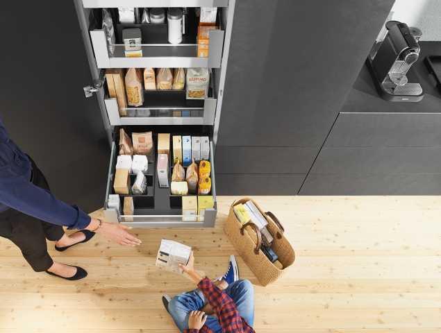 """מגירות מבית Blum לארון המזווה המאפשרות לראות את כל המצרכים המאוחסנים ומעניקות נגישות אליהם ויכולות לשאת עד 50 ק""""ג."""