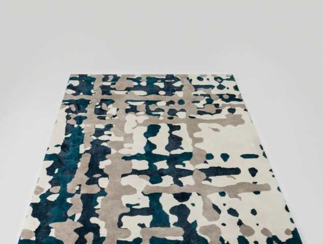 שטיח בגוון כחול ובז' העשוי ממיקרו פייבר, נעים למגה וקל לתחזוקה