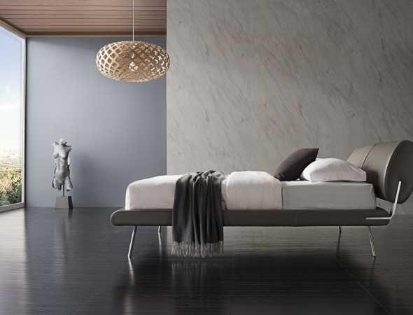 מיטה עשויה מעור משולב עם רגלי מתכת