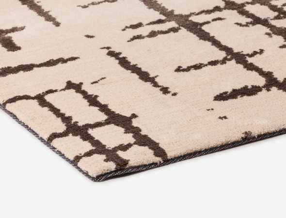 שטיח בגוון מוקה בז' עשוי ממיקרו פייבר, נעים למגע וקל לתחזוקה