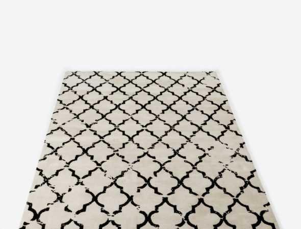 שטיח הקיים בגוונים שחור לבן/ שחור בז' העשוי ממיקרו פייבר, נעים למגע וקל לתחזוקה