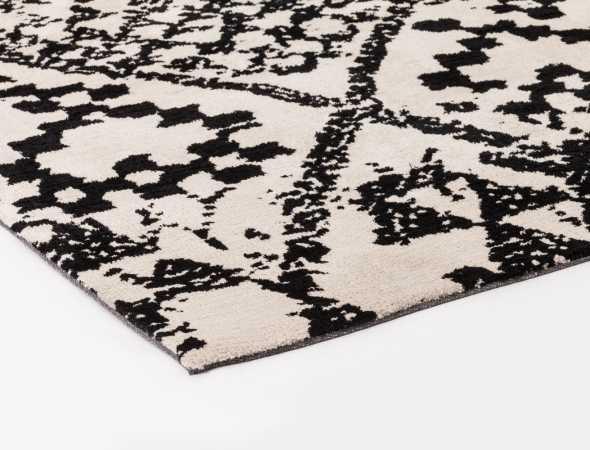 שטיח בגוון שחור בז' עשוי ממיקרו פייבר, נעים למגע וקל לתחזוקה