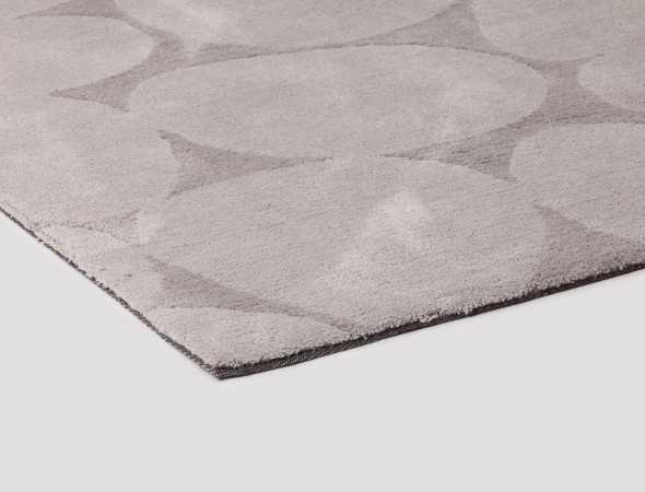 שטיח בגוונים אפורים העשוי ממיקרו פייבר שטיח נעים למגע וקל לתחזוקה.
