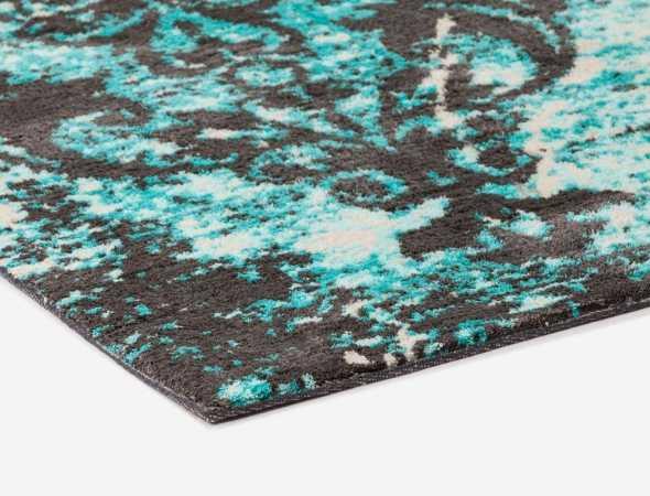שטיח בגוונים אפור, טורקיז ובז' העשוי ממיקרו פייבר שטיח נעים וקל לתחזוקה.