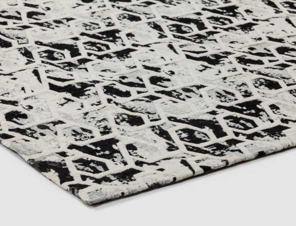 שטיח מודרני ויחודי בגווני שחור ולבן שמשדרג כל חלל.