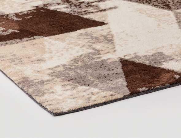 שטיח בגוונים חום, מוקה ובז העשוי ממיקרו פייבר, נעים למגע וקל לתחזוקה.